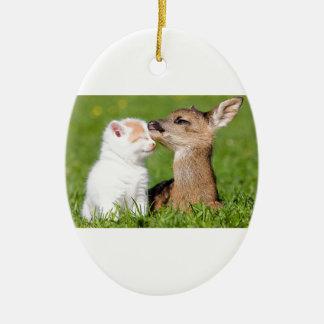 Cerfs communs de bébé et caresse de chaton ornement ovale en céramique