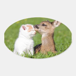 Cerfs communs de bébé et caresse de chaton sticker ovale