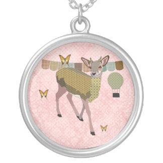 Cerfs communs d'or de rose et collier rose de