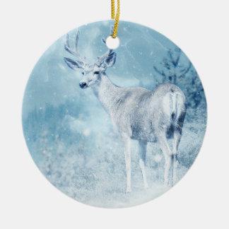 Cerfs communs et pins d'hiver ornement rond en céramique
