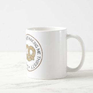 Ces bretzels me rendent assoiffé mug