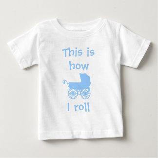 C'est comment je roule le T-shirt de bébé