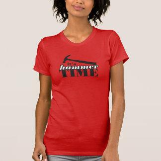 C'est T-shirt coloré par temps de marteau