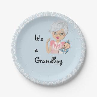 C'est un plat de grand-mère de garçon assiettes en papier
