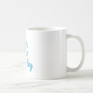 c'est une conception de garçon avec l'icône mug blanc