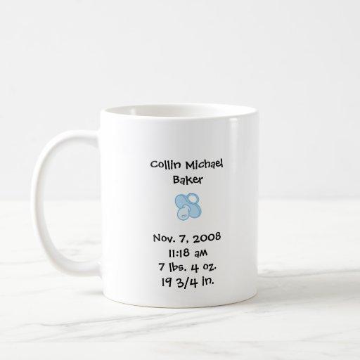C'est une tasse de faire-part de naissance de garç
