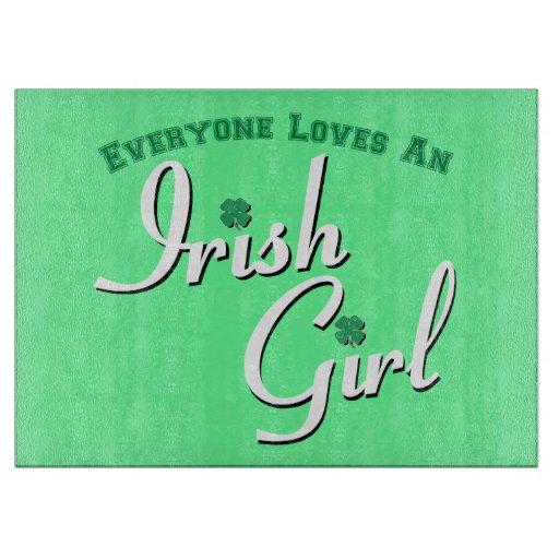 Chacun aime et fille irlandaise planche à découper
