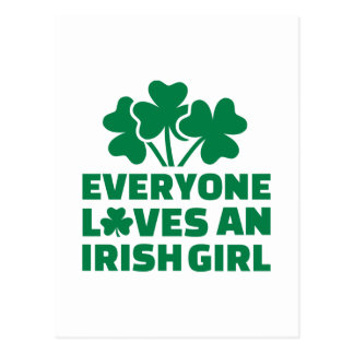 Chacun aime un shamrock irlandais de fille cartes postales