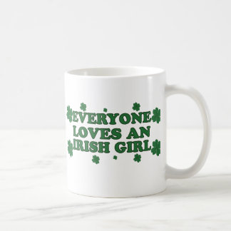 Chacun aime une tasse irlandaise de fille