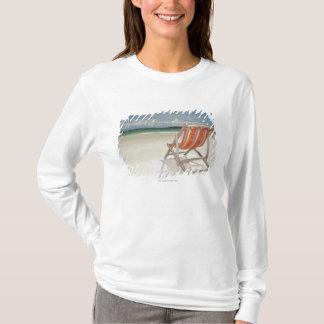 Chaise de plate-forme sur le sable blanc de la t-shirt