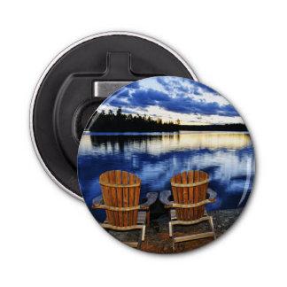 Chaises en bois au coucher du soleil sur le rivage