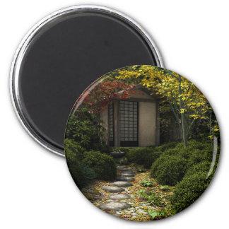 Chambre et jardin de thé japonais en automne magnet rond 8 cm