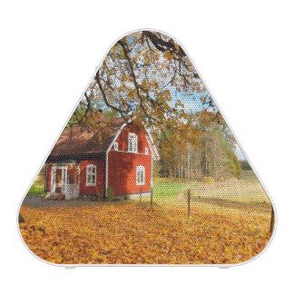 Chambre suédoise rouge parmi le feuille d automne