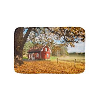 Chambre suédoise rouge parmi le feuille d'automne tapis de bain