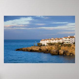 Chambres sur une falaise de la mer Méditerranée à  Affiche