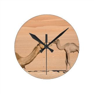 Chameau de bébé et sa mère horloge ronde