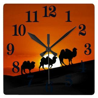 Chameaux au coucher du soleil horloge carrée