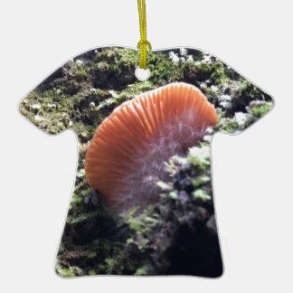 Champignon orageux d'éclat de mycéliums ornement t-shirt en céramique
