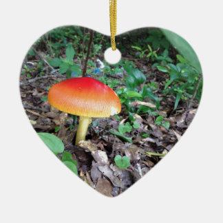 Champignon orange dans la forêt ornement cœur en céramique