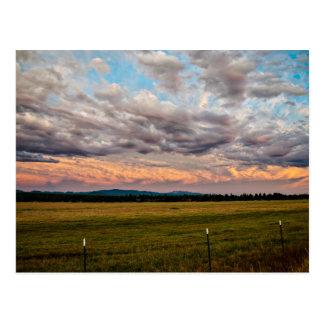 Champs, montagnes, et ciel cartes postales