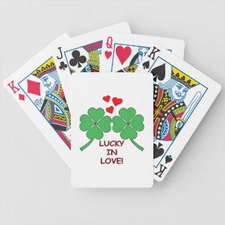 Chanceux dans le trèfle de coeurs d'amour jeux de cartes