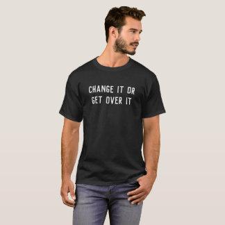 Changez-le ou obtenez au-dessus de lui le T-shirt