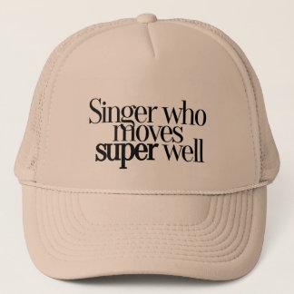 Chanteur qui déplace le casquette de baseball bon