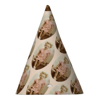 Chapeaux De Fètes Petite fille blonde vintage dans le casquette rose