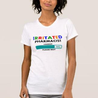 Chargement hilare de T-shirts de pharmacien