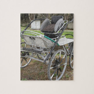 Chariot démodé de cheval sur l'arrière - plan vert puzzle