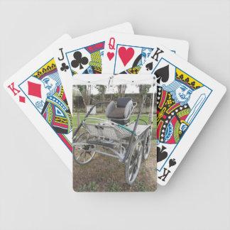 Chariot démodé de cheval sur l'herbe verte jeu de poker