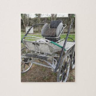 Chariot démodé de cheval sur l'herbe verte puzzle