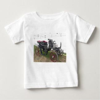 Chariot démodé de cheval sur l'herbe verte t-shirt pour bébé