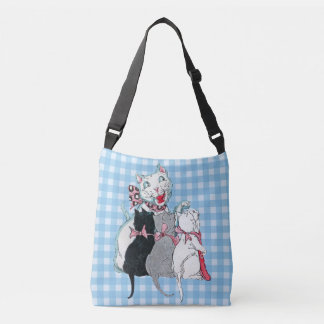 Chat blanc affectueux de mère avec le plaid de sac