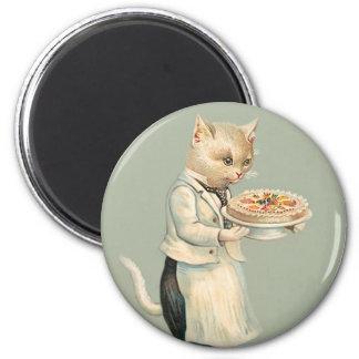 Chat blanc victorien mignon avec le dessert - cru magnet rond 8 cm