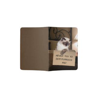 Chat dans la boîte protège-passeport