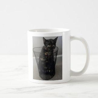 Chat dans une poubelle mug