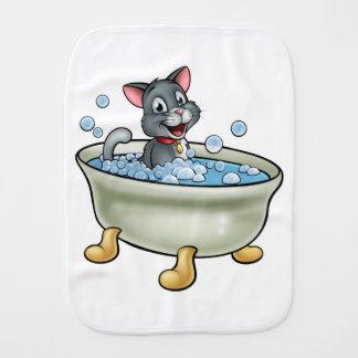 Chat de bande dessinée lavant à Bath Linge De Bébé