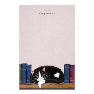 Chat de l'amour   de livre sur un papier de note papeterie