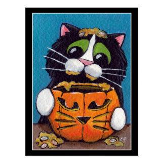 Chat de smoking avec le citrouille de Halloween Carte Postale