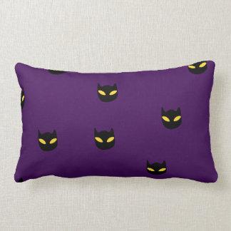 Chat de sommeil sur un coussin de citrouille