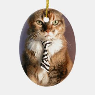 Chat domestique dans une cravate d'affaires ornement ovale en céramique
