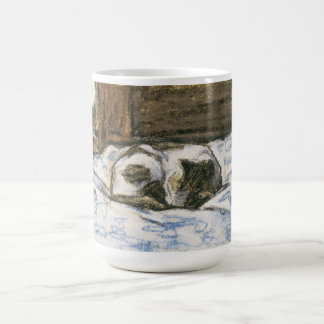 Chat dormant sur un lit par Claude Monet Mug