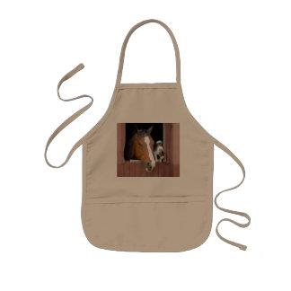 Chat et cheval - ranch de cheval - amants de tablier enfant
