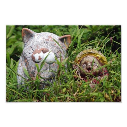 Chat et statues mignons de Tanuki dans l'herbe Photographie