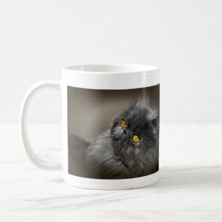 Chat foncé pelucheux avec les yeux oranges mug