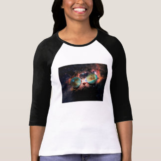 Chat frais de l'espace avec des verres de t-shirt