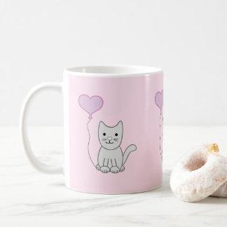 Chat gris avec la tasse de Saint-Valentin de