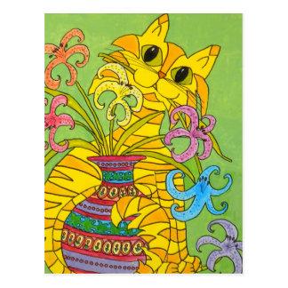 Chat jaune avec le vase de lis carte postale
