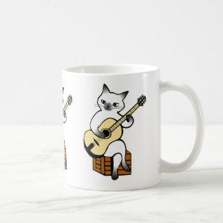 Chat jouant la tasse de guitare